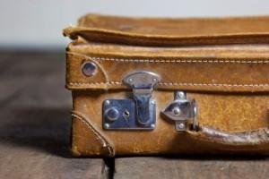 9367767-vecchia-valigia-portatile-malandato-in-pelle-per-viaggio-viaggio-al-piano4[1]